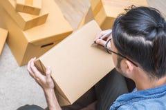 Marketing online verpakkende doos en levering, het MKB-concept stock fotografie