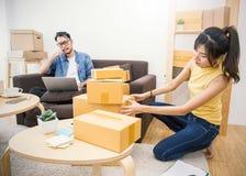 Marketing online verpakkende doos en levering, het MKB-concept stock afbeelding