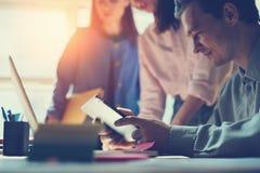 Marketingowa drużyna dyskutuje nowego pracującego plan Laptop i papierkowa robota w otwartej przestrzeni biurze Mężczyzna obsiada fotografia royalty free