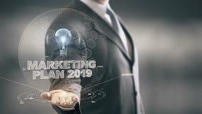 Marketingowy plan 2019 z żarówka holograma biznesmena pojęciem ilustracji