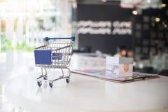 Marketingowy pojęcie, Mały wózek na zakupy na stole Obraz Stock