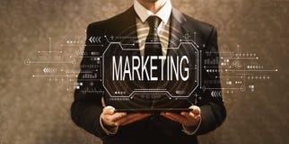 Marketingowy poj?cie z biznesmenem obrazy royalty free
