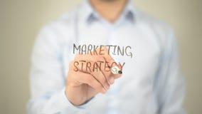 Marketingstrategie, Mannschreiben auf transparentem Schirm lizenzfreie stockbilder