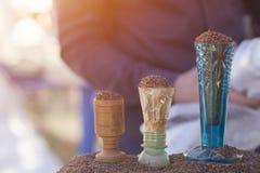 Marketstall som säljer ingredienser Traditionell kryddamarknad kulöra kryddor på den lokala marknaden arkivfoton