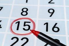 Markiera pióro nad fifteenth dniem miesiąc podkreślający z czerwonym okręgiem zdjęcie stock