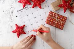 Markieren Sie den Datumskalender für Weihnachten am 25. Dezember mit festlichen Dekorationen Lizenzfreie Stockbilder