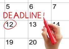 Markieren Sie die Frist auf dem Kalender Stockbilder