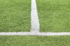 Markierende weiße Farbe auf einem grünen Gras des Fußballplatzes stockbilder