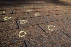 Markierter Hagel-Schaden auf einem Dach lizenzfreies stockfoto