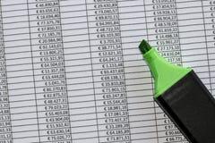 Markierung über einer übertreffungstabelle mit Zahlen in den Euros Lizenzfreies Stockbild