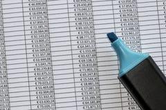 Markierung über einer übertreffungstabelle mit Zahlen in den Euros Stockfotografie