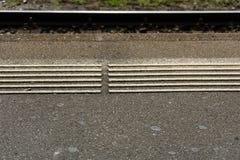 Markierung des Bahnhofsbahngleises weiße Blinde Stockbild