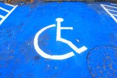 Markierung des behinderten HandikapParkplatzes stockbild