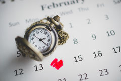 Markierung am Tag von vierzehn mit Weinlese-Taschen-Uhr auf der cal Lizenzfreie Stockfotografie