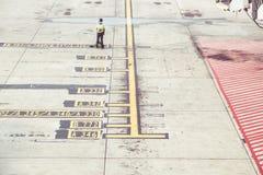 Markierungen auf dem Beton am Flughafen stockfotografie