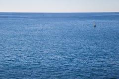Markierungsboje im Meer Lizenzfreie Stockfotos