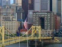 Markierungsfahne über Brücke Stockfoto
