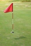 Markierungsfahne auf Golfplatz. Stockfoto