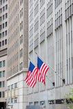 Markierungsfahne der USA (Amerika) auf Wall Street Lizenzfreie Stockfotos