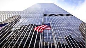 Markierungsfahne der USA vor dem Bürohaus Stockfotografie