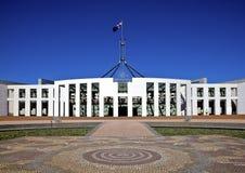 Markierungsfahne fliegt auf riesigen Fahnenmast über australischem Par4l Lizenzfreie Stockfotografie