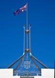 Markierungsfahne fliegt auf riesigen Fahnenmast Lizenzfreie Stockfotografie