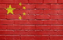 Markierungsfahne von China auf Backsteinmauer Stockfotografie