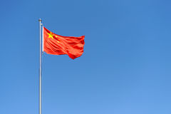Markierungsfahne von China gegen freien blauen Himmel Stockbild