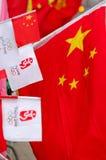 Markierungsfahne von China und von Peking olympisch stockbild