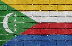 Markierungsfahne von Comoren auf Backsteinmauer lizenzfreies stockfoto