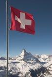 Markierungsfahne von der Schweiz auf Bergspitze Stockfoto