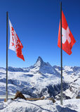 Markierungsfahne von der Schweiz auf Bergspitze Lizenzfreie Stockfotos