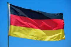 Markierungsfahne von Deutschland wellenartig bewegend auf den Wind Stockbilder