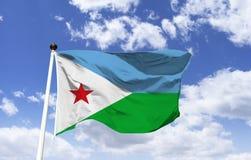 Markierungsfahne von Djibouti Erzittern unter einem blauen Himmel lizenzfreies stockfoto