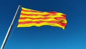 Markierungsfahne von Katalonien Sanyor fliegt über Barcelona stock footage