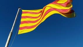 Markierungsfahne von Katalonien Sanyor fliegt über Barcelona stock video footage