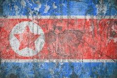 Markierungsfahne von Nordkorea Abbildung der roten Lilie Alte Wandbeschaffenheit Verblaßter Hintergrund stockfotografie