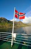 Markierungsfahne von Norwegen vor dem hintergrund eines Fjords Lizenzfreie Stockfotos