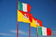 Markierungsfahne von Sizilien wellenartig bewegend zusammen mit Italiener einer Stockbild