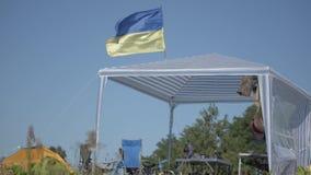 Markierungsfahne von Ukraine Ukrainische Flagge gegen den blauen Himmel stock footage