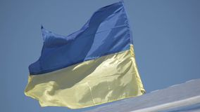 Markierungsfahne von Ukraine Ukrainische Flagge gegen den blauen Himmel stock video