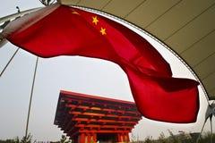 Markierungsfahne vor dem China-Pavillion Stockbilder