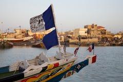 Markierungsfahnen auf einem Fischerboot Stockbild