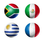 Markierungsfahnen der Fußball-Weltcup-Gruppe A auf Fußballkugeln Stockfoto