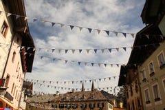 Markierungsfahnen, die historische Straße kreuzen Stockbild