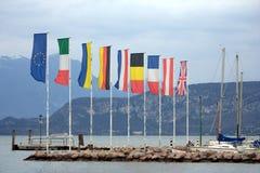 Markierungsfahnen im Hafen lizenzfreies stockbild