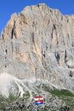 Markierungsfahnen nach Passo di Sella, italienische Dolomit Lizenzfreie Stockfotos