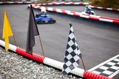 Markierungsfahnen und Autos auf dem Karren der Spur lizenzfreies stockfoto