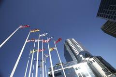 Markierungsfahnen und Gebäude in im Stadtzentrum gelegenem Vancouver Stockfotografie