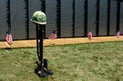 Markierungsfahnen und gefallenes Soldatsymbol an der Wand Lizenzfreies Stockfoto